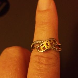 Women's ring says mom has 10 stone's on each side